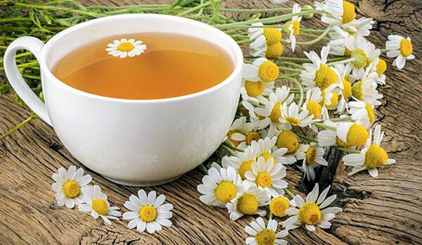 Главный способ приготовления средств с ромашкой - отвар, он же чай.