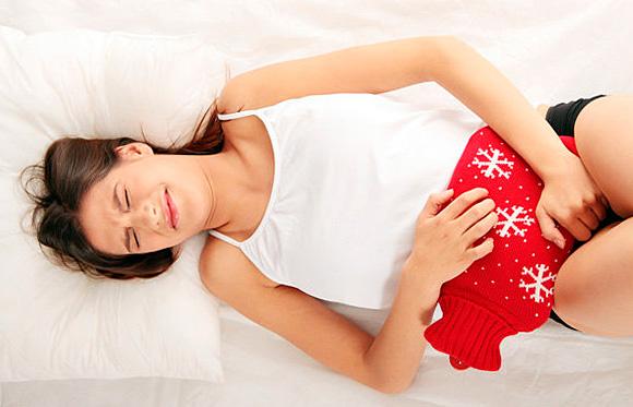 Для ослабления болей при менструациях препараты ромашки употребляются вовнутрь, но не для проведения спринцеваний.