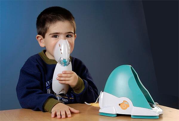 Небулайзер вообще слишком часто применяют совершенно неоправданно - это прибор вовсе не для лечения насморка, а предназначен он для борьбы с болезнями бронхов и легких.
