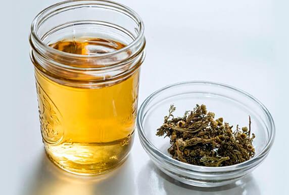 Готовый настой ромашки должен иметь слабый чайный цвет и терпкий горьковатый вкус.