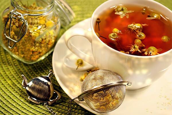 Хорошо настоянный ромашковый чай имеет насыщенный красно-желтый цвет и терпкий вкус.