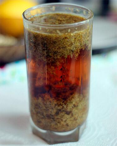 """Хорошо выдержанный настой ромашки приобретает характерный """"чайный"""" цвет."""
