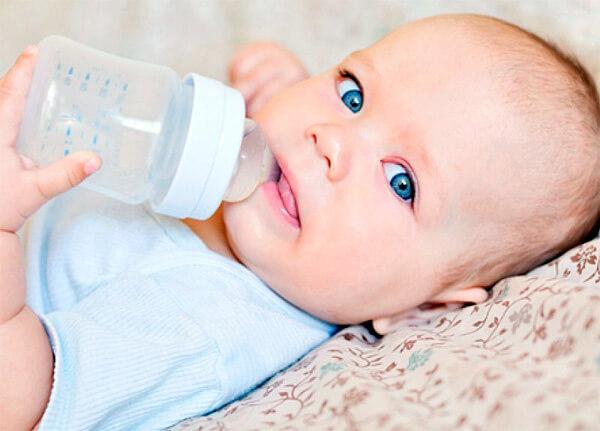 В первый год жизни лучшее питьё для малыша - чистая вода.