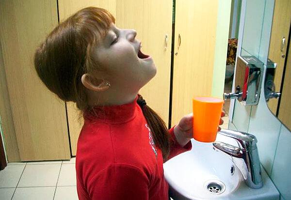 Полоскания ромашкой действительно оказывают терапевтический эффект, хоть и не позволяют полностью вылечить болезнь.