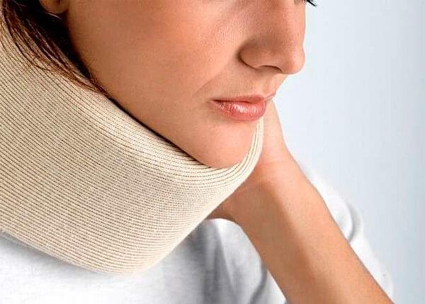 При всей бесполезности компрессы с ромашкой или спиртом на горло могут быть опасны, и потому применять их нецелесообразно.