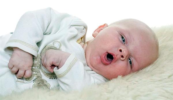 Из-за неспособности маленького ребенка полоскать горло любые попытки обработать глотку и горло ромашкой будут малоэффективными.
