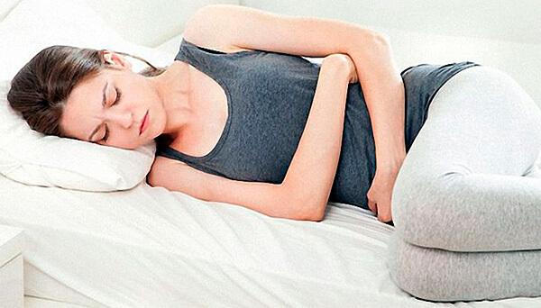 Ромашка способна не просто ослаблять боли в животе, но и снимать спазмы.