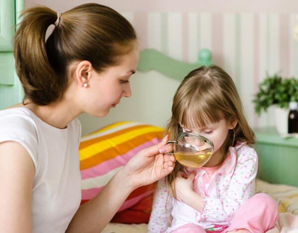 В небольших количествах и в достаточном разведении ребенку можно давать пить ромашковый чай.
