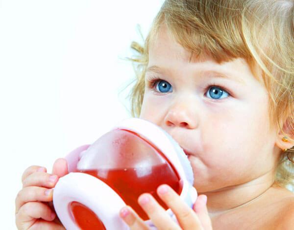 В первый год жизни лучше обойтись нейтральными компотами и чаями.