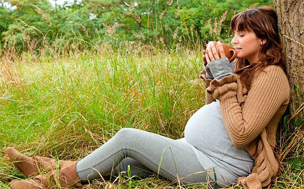 Самостоятельно назначать себе чай из ромашки при беременности нельзя.