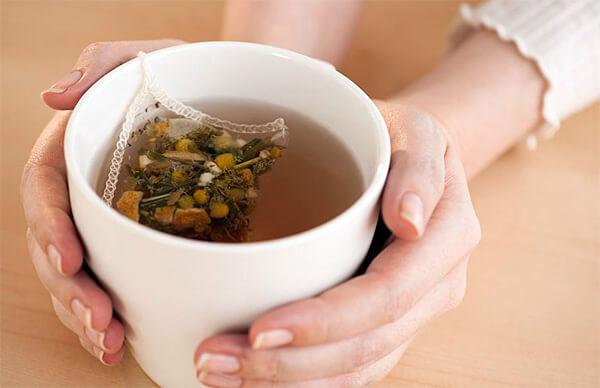 Не позволяя полностью вылечить гастрит, ромашковый чай способен существенно ослабить симптомы этой болезни.