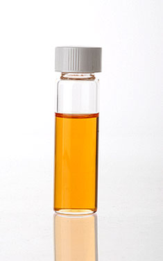 Только-только перегнанное масло римской ромашки зеленое, а позднее оно желтеет.