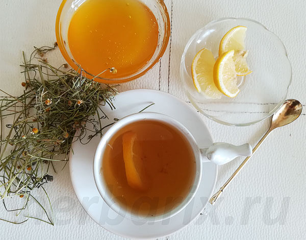 Сам по себе ромашковый чай давление не изменяет.