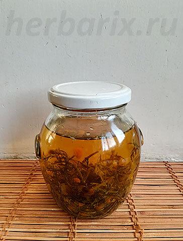 Лечебные компоненты ромашки переходят в спирт достаточно долго, поэтому приготовление спиртовой настойки - дело небыстрое.