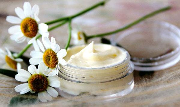 Как правило, косметические средства готовят с добавлением либо экстракта, либо эфирного масла ромашки.