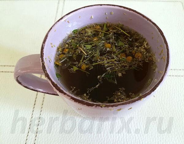 Ромашковый чай имеет несколько горьковатый вкус, и потому его обычно пытаются смягчить медом или сахаром.