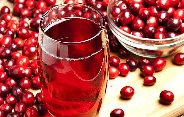 """Брусничные морс и сок часто применяют для """"отпаивания"""" больных с высокой температурой тела - потребление жидкости позволяет организму лучше контролировать её."""