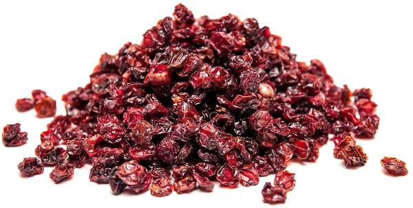 Если эти ягоды залить водой на 2-3 часа, они станут мягкими и приятными на вкус.
