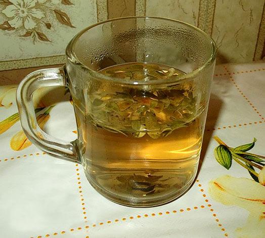 После настаивания такой чай становится коричневым.