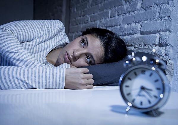 Разовое употребление валерианы не позволит быстро заснуть при хронической бессоннице.