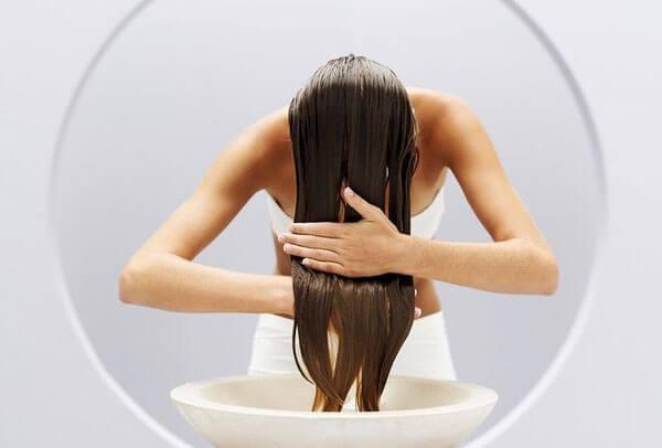 Отвар, оставшийся на волосах, будет полезен для них.