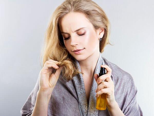 Нужно только помнить о том, что у ромашки и препаратов из неё имеется сильный травяной запах, который останется на волосах.