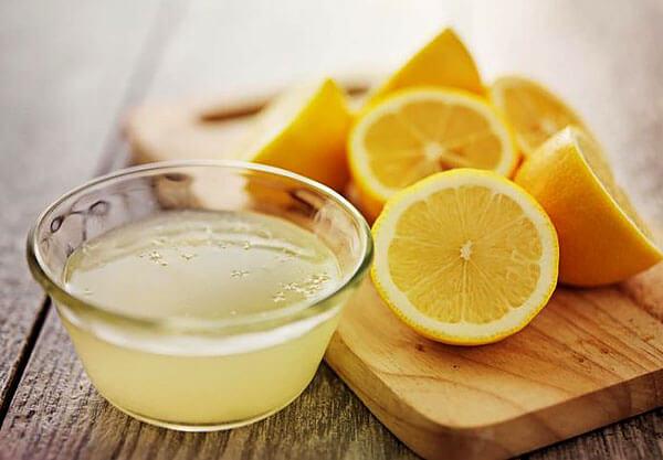 Лимон в этом отваре обеспечивает легкое окрашивание волос.