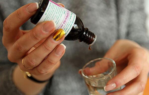 Спирт вызывает и другие побочные эффекты, из-за которых настойка противопоказана в большем числе случаев, чем таблетки.