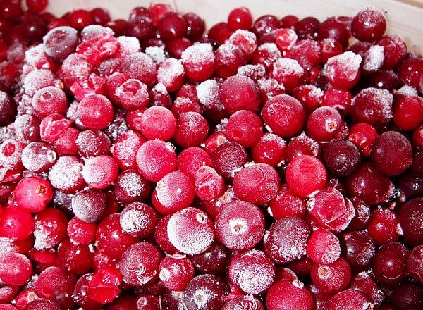 По этой же причине не рекомендуют размораживать ягоды, заливая их теплой водой.