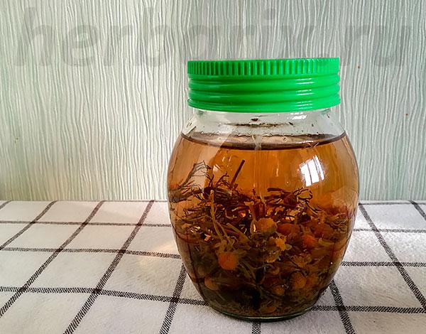 Отвар ромашковых соцветий наиболее прост и быстр в приготовлении.