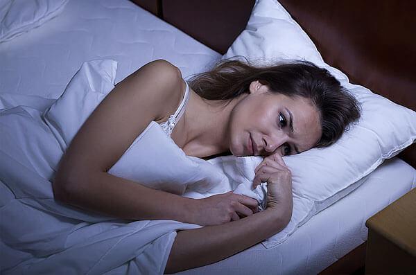 С одного раза как снотворное цветки ромашки не сработают, но при регулярном приеме помогут нормализовать засыпание.
