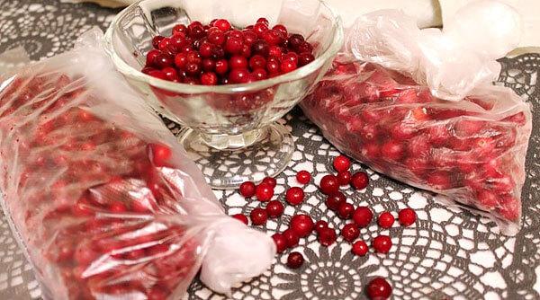 После разморозки ягоды имеют вкус, практически неотличимый от вкуса свежей брусники.