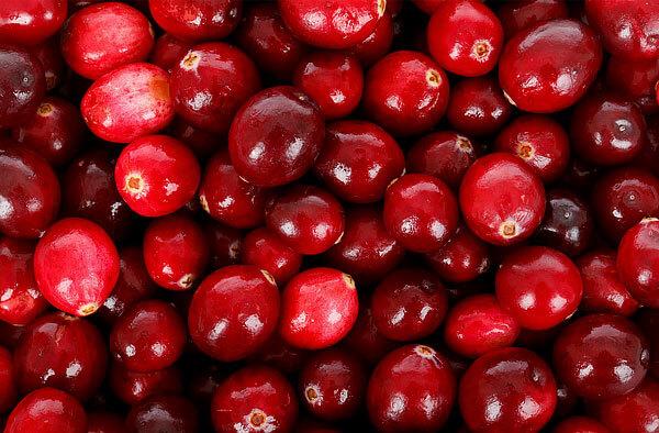 Несколько вытянутые в длину ягоды с разными оттенками красного.