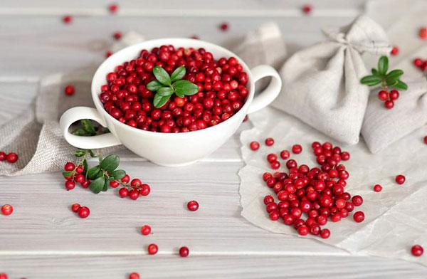 Для борьбы с пигментацией плоды брусники используются в составе масок.