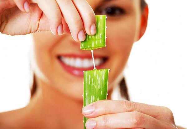 В действительности это так - сок алоэ обладает противовоспалительными свойствами и позволяет ослаблять покраснение в местах высыпания прыщей.